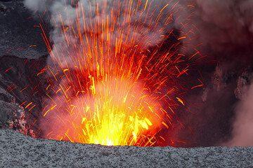Einen Bruchteil einer Sekunde später, Lava schießt aus dem Krater. (Photo: Tom Pfeiffer)