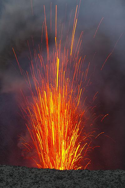 Lava schießt in die Höhe. (Photo: Tom Pfeiffer)