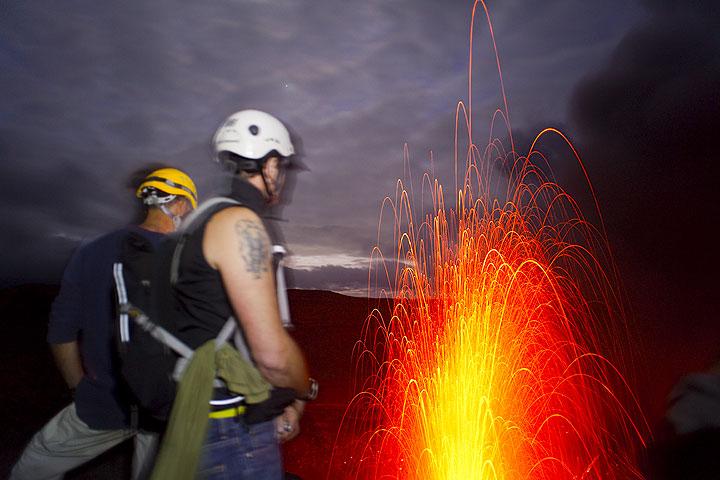Beobachten der Ausbrüche des Yasur bei Nacht (Photo: Tom Pfeiffer)