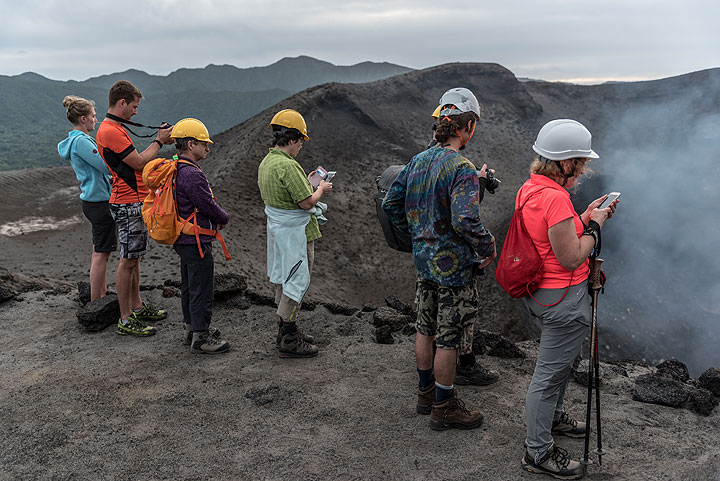 Our group at the southeastern crater rim. (Photo: Tom Pfeiffer)