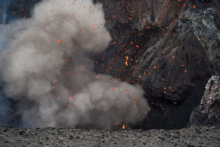 Soon after arriving there, strombolian explosions occur approximately once every minute. (Photo: Tom Pfeiffer)