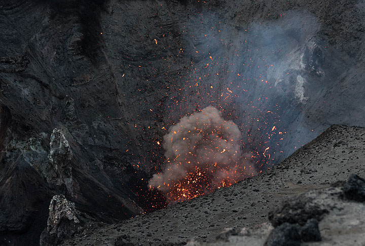 A small strombolian eruption from the northern crater. (Photo: Tom Pfeiffer)