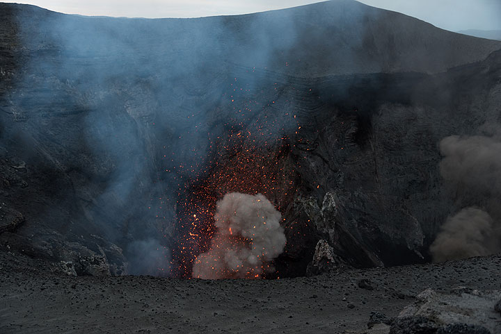 The vents in the southern crater (l) are more active; here, a typical moderate eruption from the main vent in the south crater. (Photo: Tom Pfeiffer)