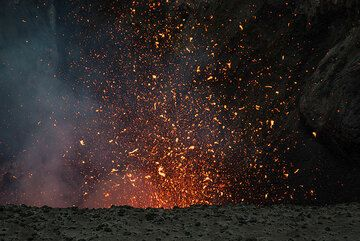 As it becomes evening, the glowing lava bombs are becoming brighter. (Photo: Tom Pfeiffer)