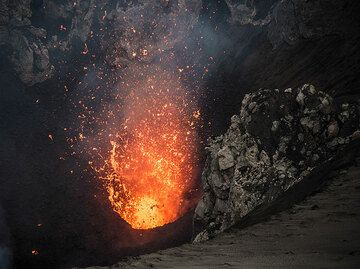 Typical moderate eruption of liquid lava from the main vent in the south crater. (Photo: Tom Pfeiffer)