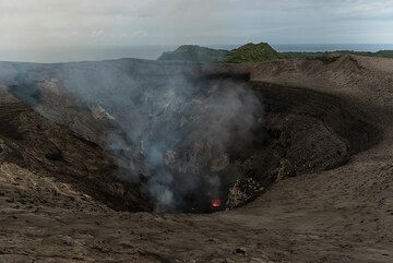 View of Yasur's craters from the SW crater rim. (Photo: Tom Pfeiffer)