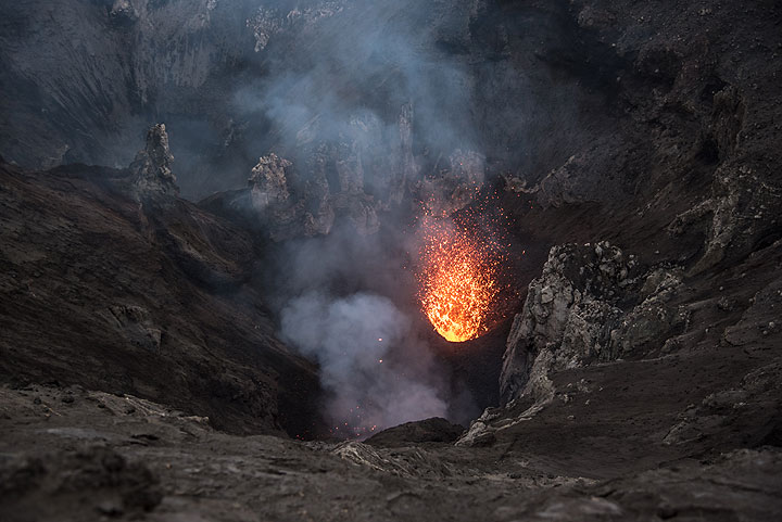 Beginning of a small eruption from the main vent in the south crater. (Photo: Tom Pfeiffer)