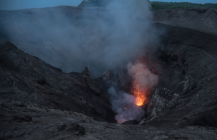 Small eruption of the main vent in the south crater. (Photo: Tom Pfeiffer)