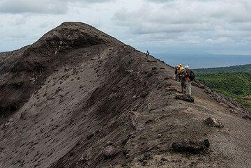 Yasur's southern crater rim. (Photo: Tom Pfeiffer)
