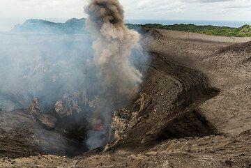 Ash-rich eruption from the south crater's main vent. (Photo: Tom Pfeiffer)