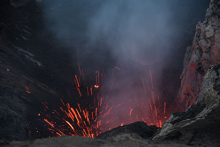 Spattering from both vents at the SW and S crater wall. (Photo: Tom Pfeiffer)