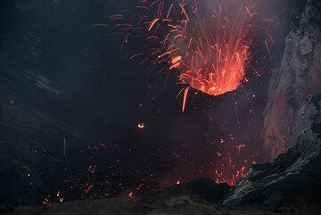 A similar eruption starts moments later from the main vent. (Photo: Tom Pfeiffer)