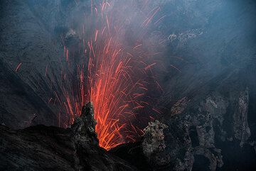 More rarely, the vent in the north crater behind the dividing wall also erupts. (Photo: Tom Pfeiffer)