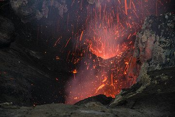 Rain of incandescent bombs inside the south crater. (Photo: Tom Pfeiffer)