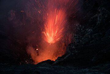 Small eruption at night (beginning). (Photo: Tom Pfeiffer)