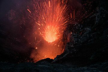 Small eruption at night (a moment later). (Photo: Tom Pfeiffer)