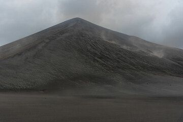 The cinder cone of Yasur volcano seen on a windy day from the west. (Photo: Tom Pfeiffer)