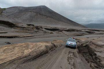 The 4x4 road leading through the sand sea near Yasur. (Photo: Tom Pfeiffer)