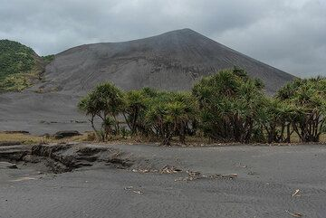 Yasur volcano seen from the NW. (Photo: Tom Pfeiffer)