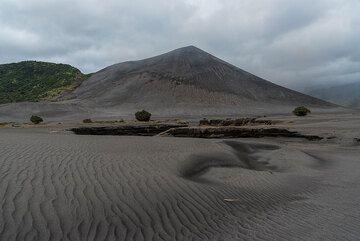 Yasur volcano and ripples of the sand sea. (Photo: Tom Pfeiffer)