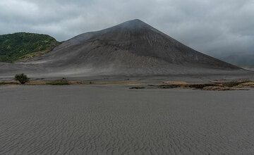 The sand sea and Yasur volcano from the NW. (Photo: Tom Pfeiffer)
