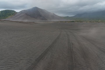4x4 tracks going through the sand sea northwest of Yasur volcano (Photo: Tom Pfeiffer)