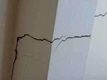 Crack on pillar (public domain)