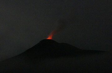 Glow from Soputan this morning (photo: Ingrid / VolcanoDiscovery)