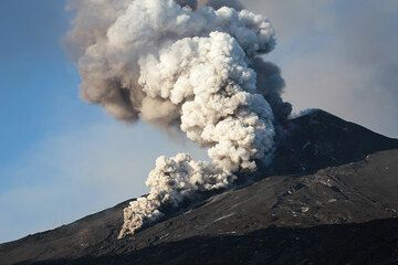 Small pyroclastic flow detaching from the lava flow (Photo: Emanuela / VolcanoDiscovery Italia)