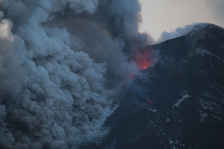 Lava fountaining and lava flow from NSEC (Photo: Emanuela / VolcanoDiscovery Italia)