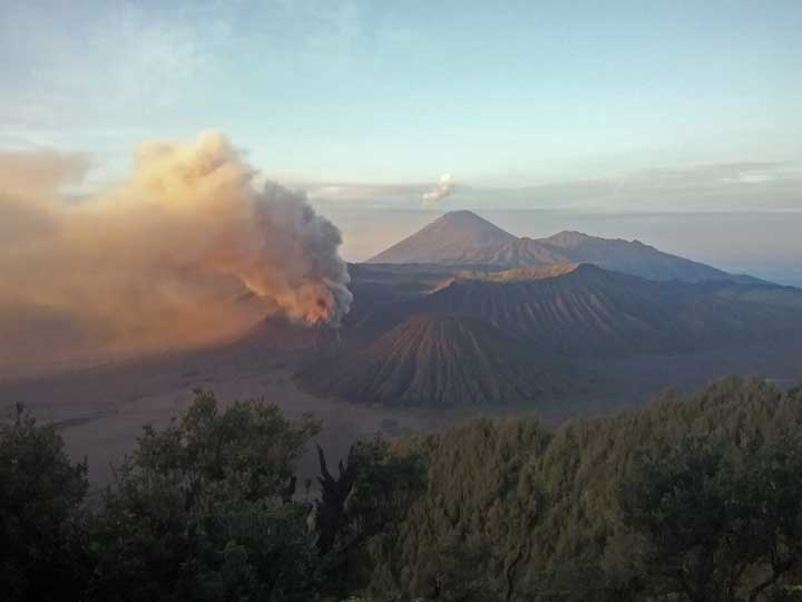Ash emission from Bromo this morning (photo: Andi / VolcanoDiscovery Indonesia)