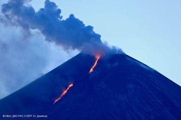 Descending lava flow on SE flank from Klyuchevskoy volcano on 21 April (image: KVERT)