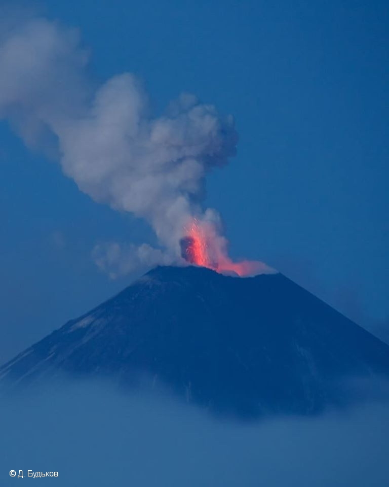 Strombolian explosions associated with emissions from Klyuchevskoy volcano on 27 April (image: KVERT)