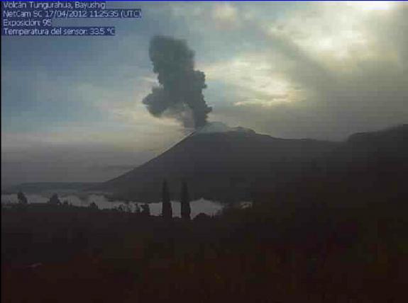 Uitbarstingskolom van Tungurahua volcanoon de ochtend van 17 April 2012