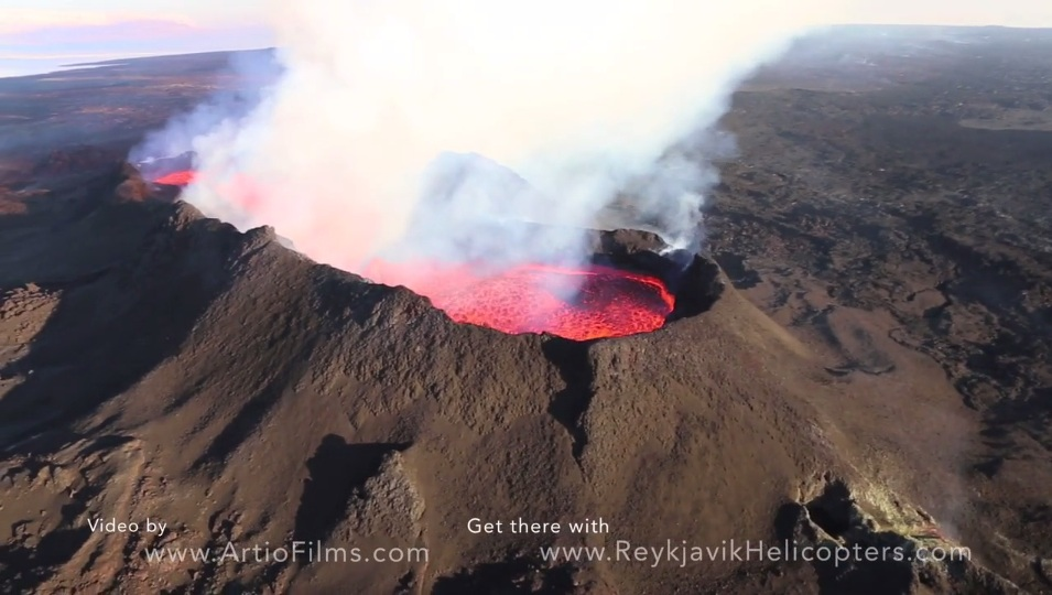 The lava lake inside Baugur crater at Holuhraun