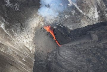 Spatter cone formed around the fountaining vent (image: HVO)