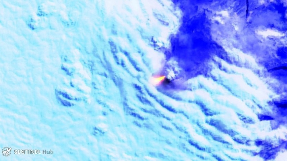Incandescent material from the vent of Manam volcano visible from satellite (image: Sentinel 2)