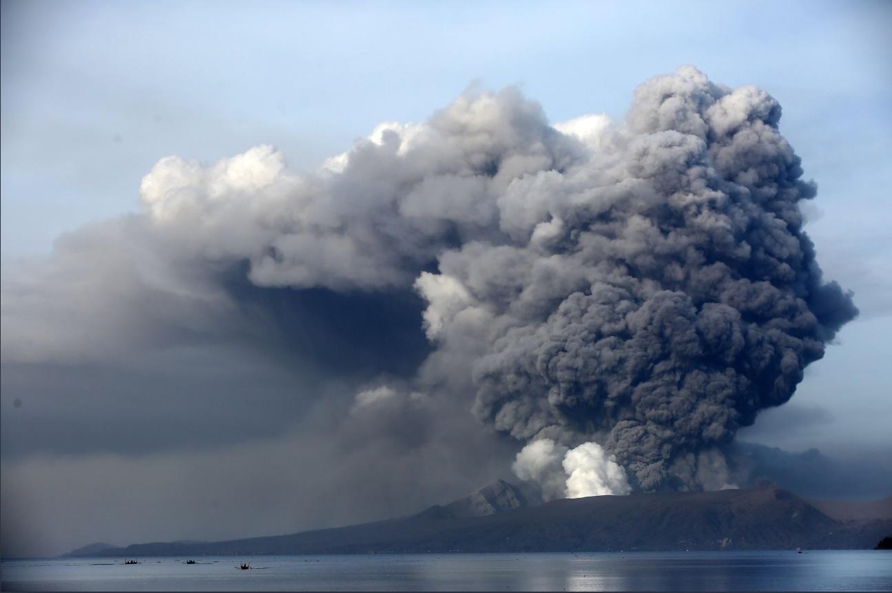 Eruption from Taal volcano yesterday (credit: Migule De Guzman)