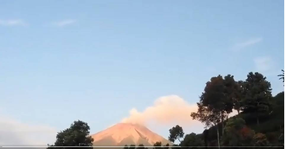 A grey ash plume from Kerinci volcano (image: @Andrean18715677/twitter)