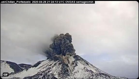 Eruption from Nevados de Chillán volcano on 26 April (image: @Sernageomin/twitter)