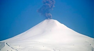 Ash emissions from Villarrica volcano today (image: SERNAGEOMIN)