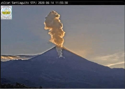 Explosion from Santiaguito volcano yesterday (image: @insivumehgt/twitter)