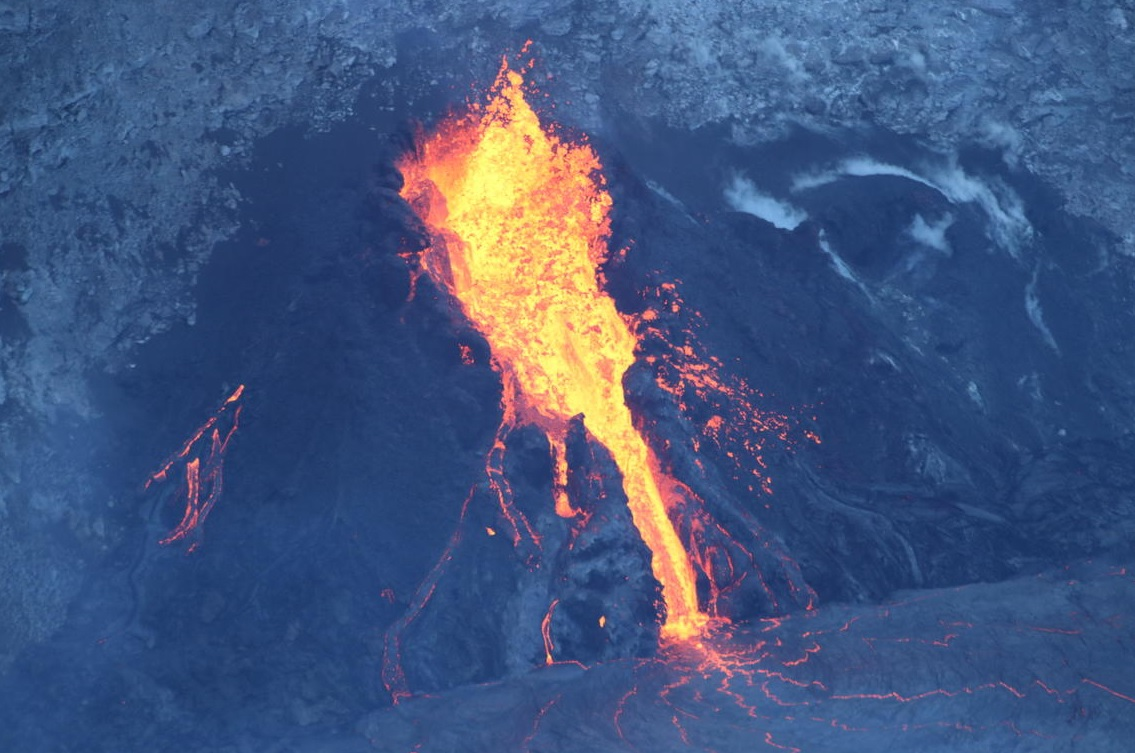 Lava fountains from western fissure vent at Kilauea volcano on 11 January (image: HVO)