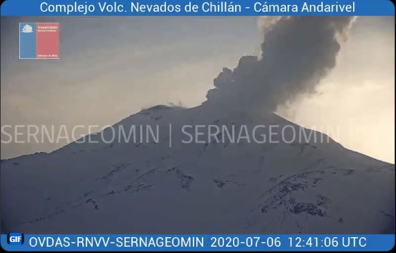 Explosion from Nevados de Chillán volcano yesterday (image: @Sernageomin/twitter)