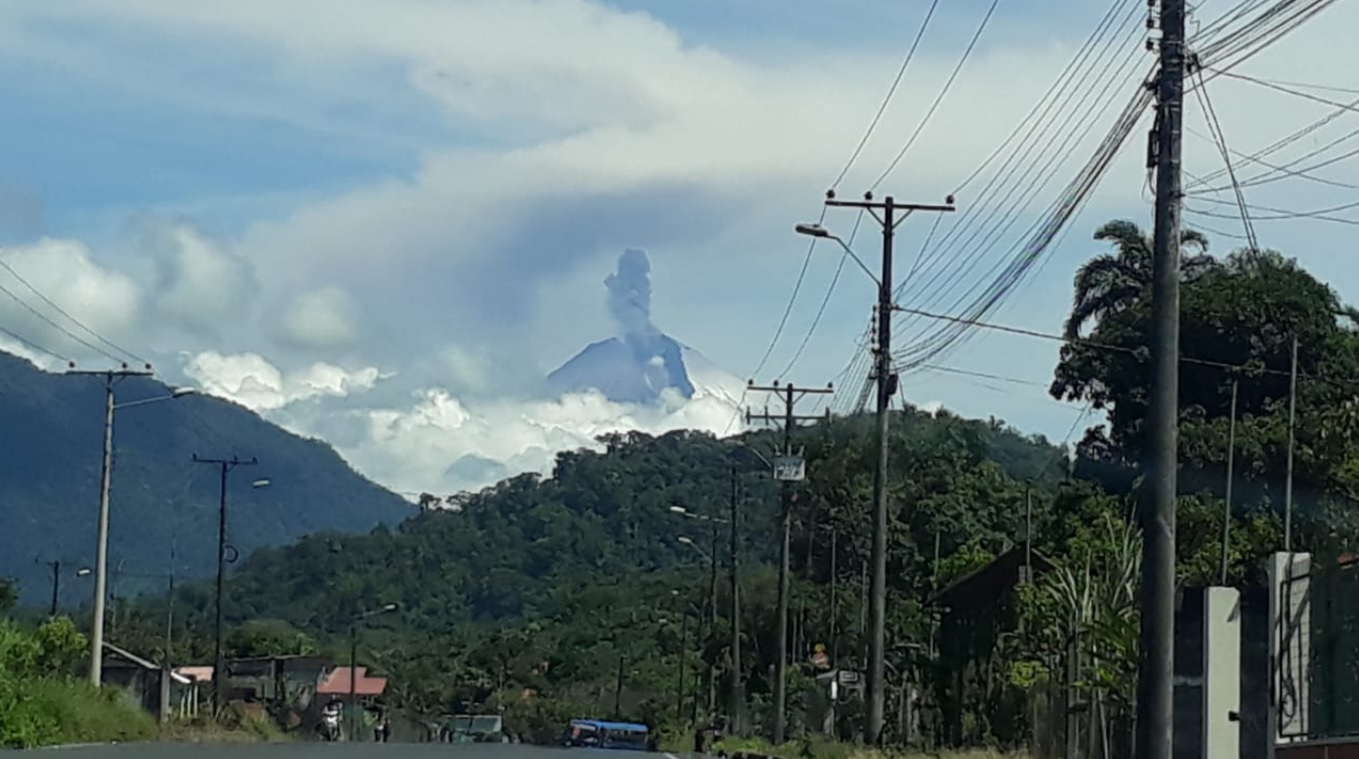 Explosion and pyroclastic flow from Sangay volcano yesterday (image: IGEPN)