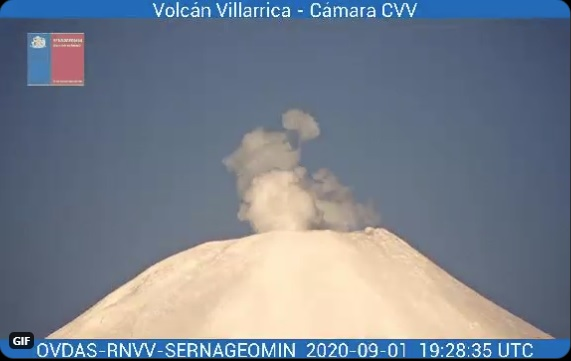 Gas-steam plume from Villarrica volcano (image: SERNAGEOMIN)