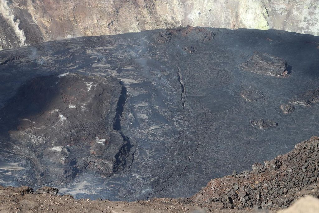 Cracks divide active and inactive portions of the growing Halema'uma'u lava lake (image: HVO)