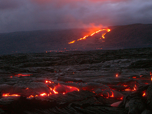 Lava flows on the coastal flat and on the pali (11 Sept. 06, Photo: Phil)