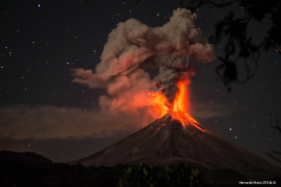 Starry sky and large explosive eruption of Colima, photograph by Hernando Rivera.