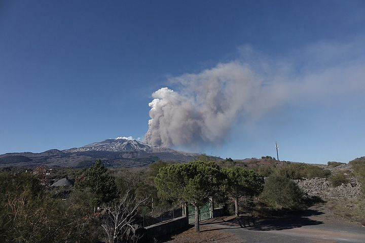 Ash and steam plume from a pyroclastic flow  view from the south. (Photo: Roland / VolcanoDiscovery Italia)